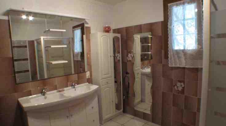 Comment refaire une salle de bain déjà carrelée ?